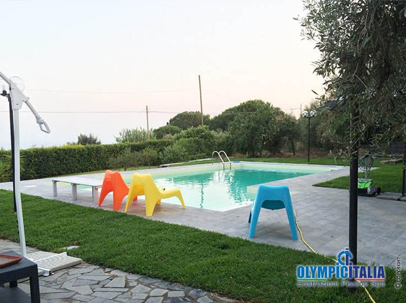 Costruzione piscina privata skimmer sfioro aci castello for Offerte piscine
